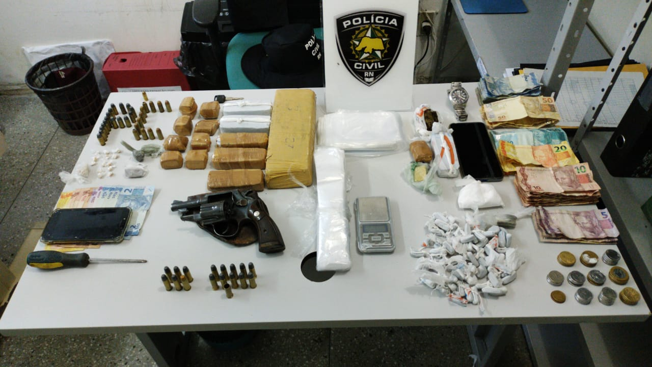 Revólver drogas e produtos do tráfico de drogas