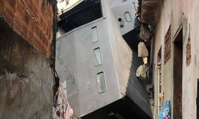 Caveirão da PM cai em quintal de residência no Rio)