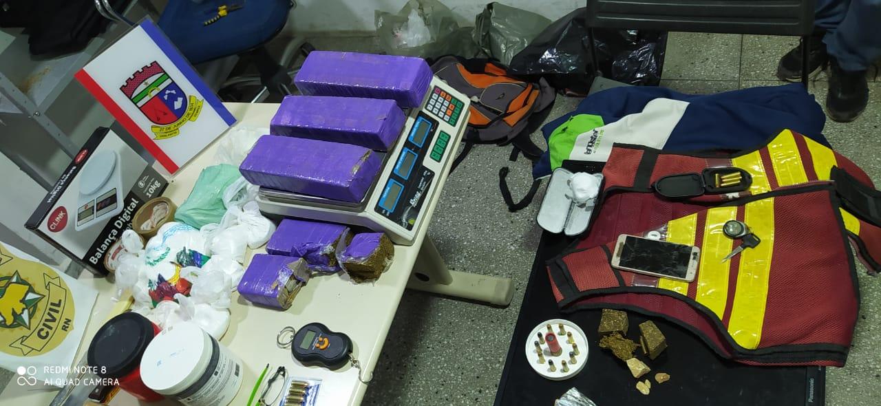 (Foto: Drogas, munições e jaqueta de mototáxi)